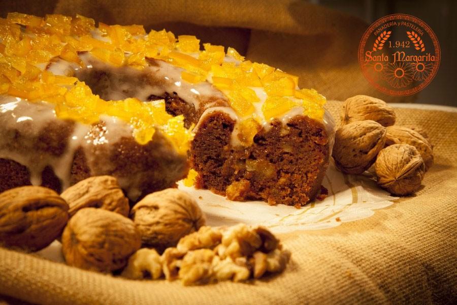 Bizcocho de chocolate con nueces y naranjas